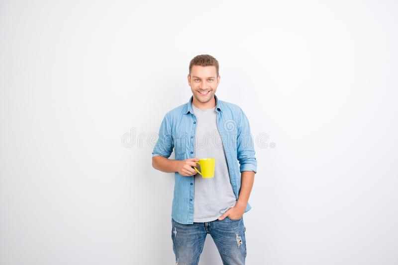 拿着黄色杯子用咖啡a的快乐,起动快的人画象  图库摄影