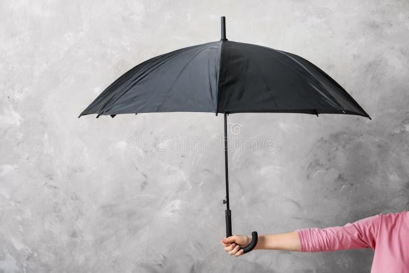 拿着黑伞的妇女 库存照片