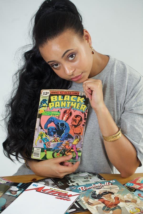 拿着黑豹的黑人女孩可笑 免版税图库摄影