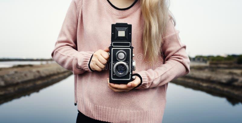 拿着经典照相机的妇女手 免版税库存图片