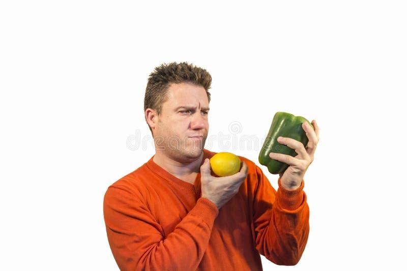拿着水果和蔬菜的体贴的人 库存照片
