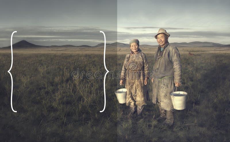 拿着水池和摆在领域的蒙古夫妇农夫 免版税库存照片