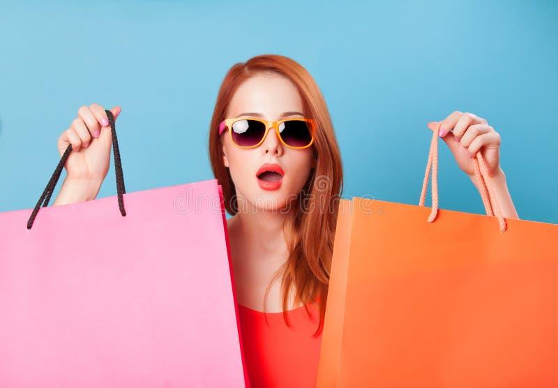 拿着购物妇女的袋子 库存照片