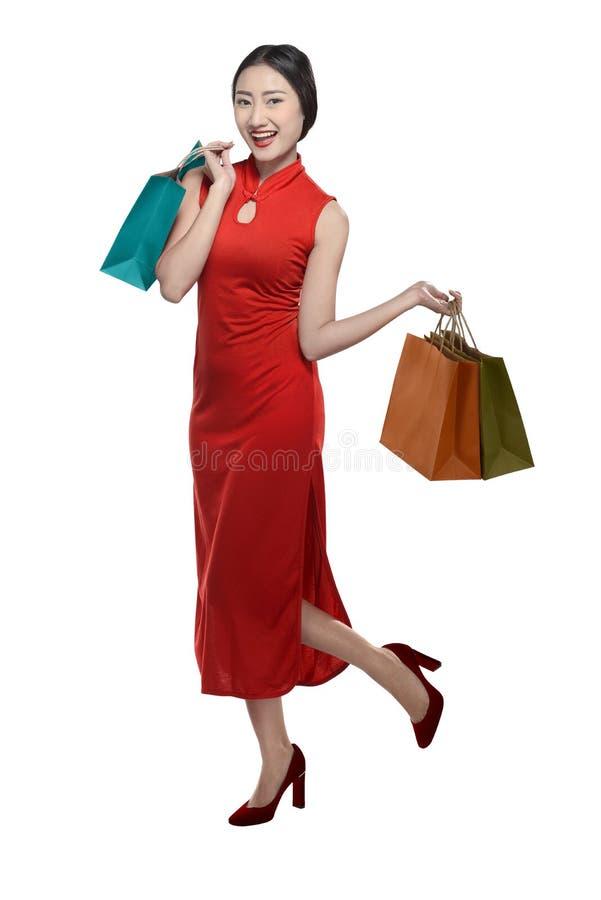 拿着购物袋的中国妇女 免版税库存照片