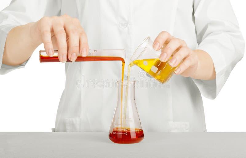 拿着玻璃试管的科学家的手 库存图片