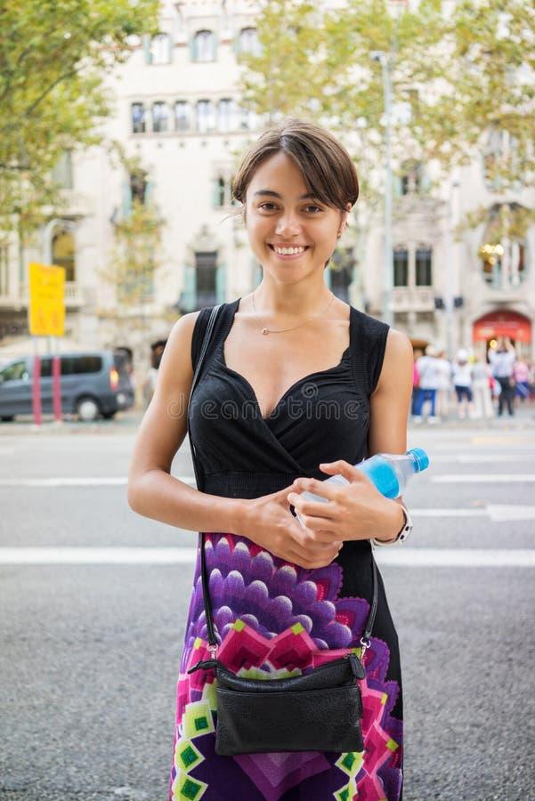拿着水瓶的女孩 库存图片