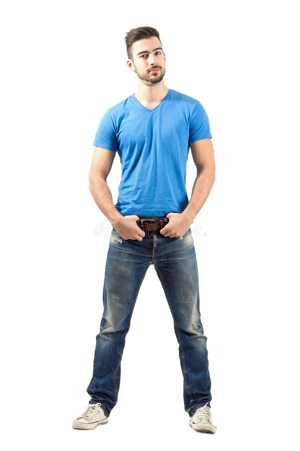 拿着他的传送带的年轻男性时装模特儿 图库摄影