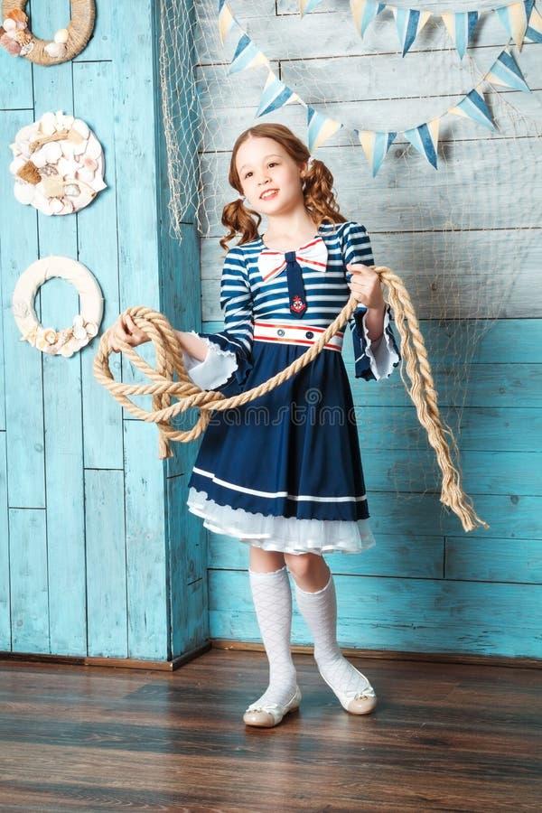 拿着绳索的小女孩 库存照片