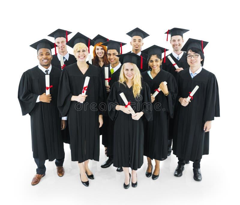 拿着他们的文凭的研究生 免版税库存照片