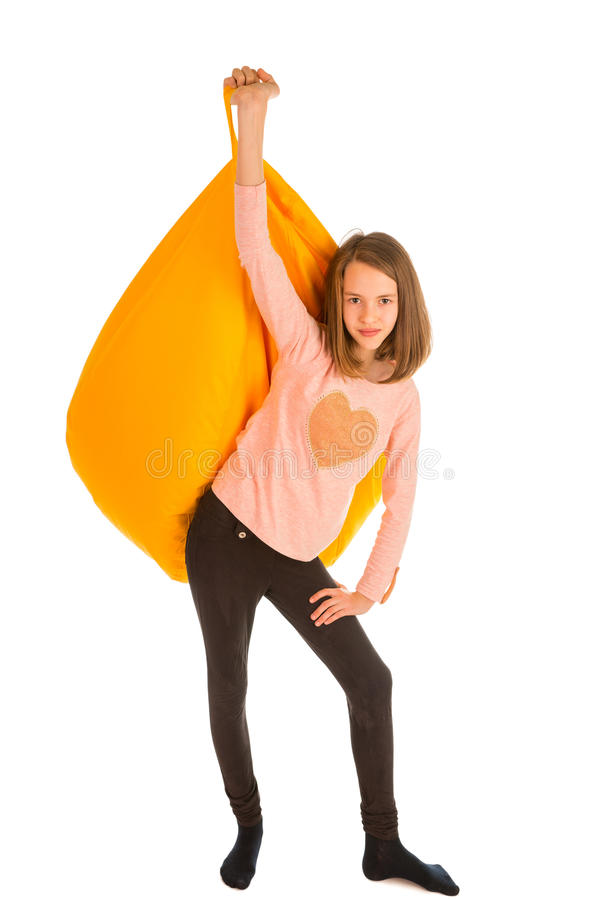 拿着黄色装豆子小布袋椅子的逗人喜爱的女孩 库存图片
