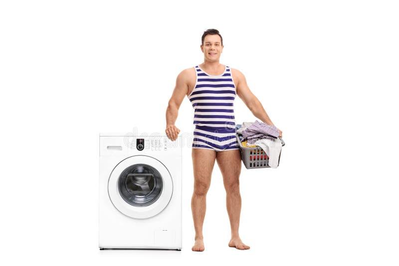 拿着洗衣篮的内衣的人 免版税库存图片