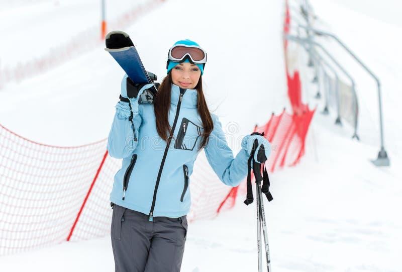 拿着滑雪的女性半身画象 免版税库存图片