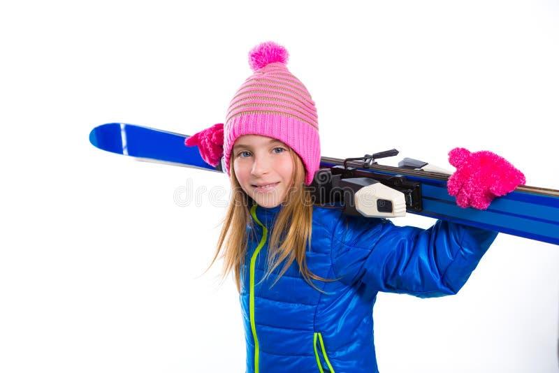 拿着滑雪设备的白肤金发的孩子女孩冬天雪 免版税库存图片