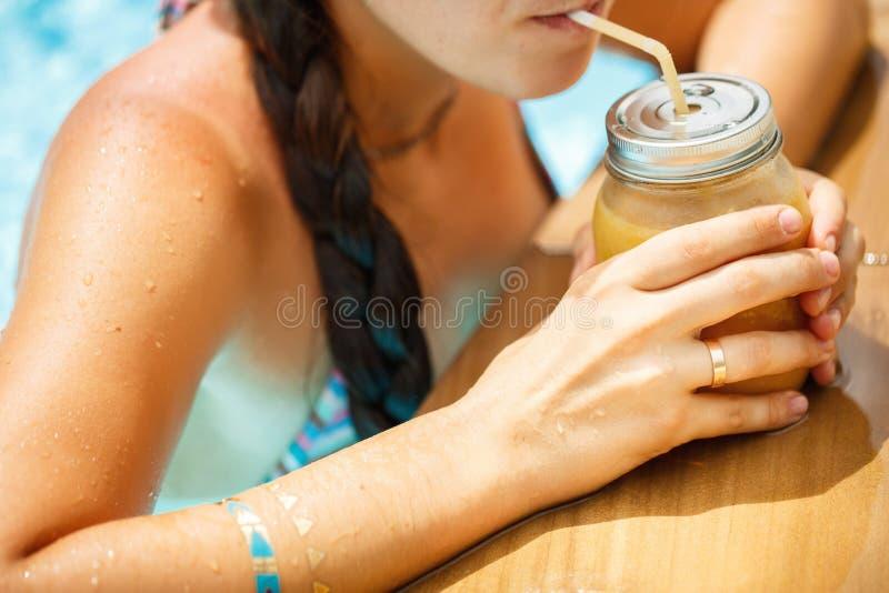 拿着aFruit圆滑的人-健康吃conce的水池的妇女 库存图片