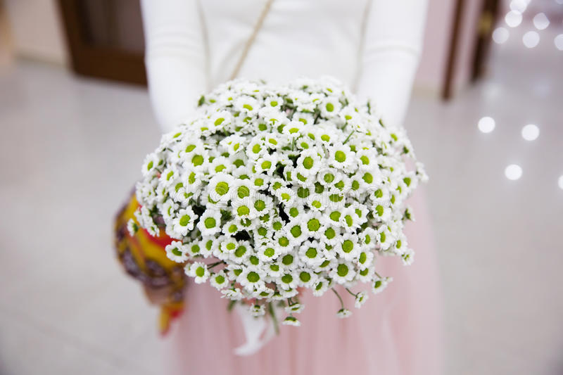 拿着beautifil婚礼花束的新娘 免版税库存照片