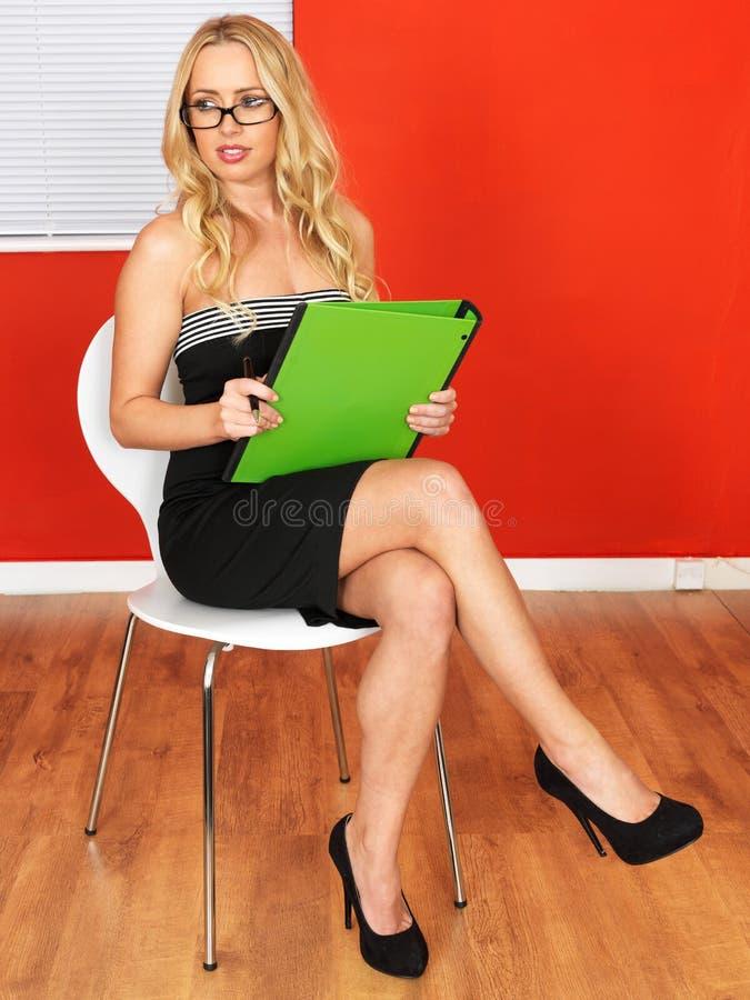 拿着Businness文件的年轻专业秘书办公室工作者 库存照片