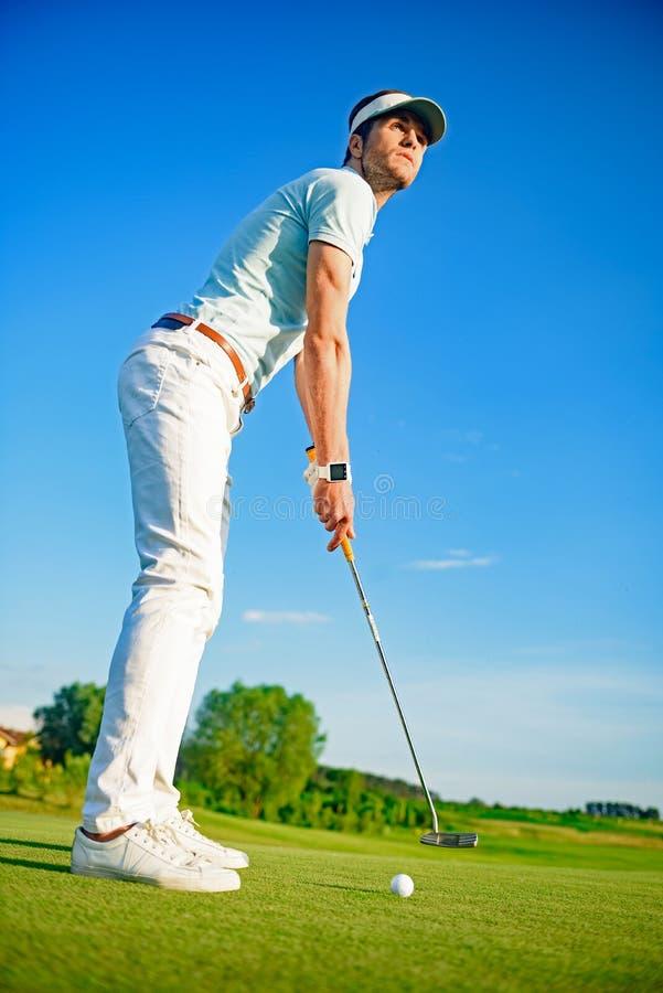 拿着clud的高尔夫球运动员 免版税库存图片
