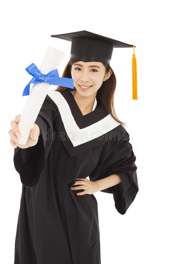 拿着diplom的少妇大学毕业生佩带的方帽与长袍 免版税库存图片