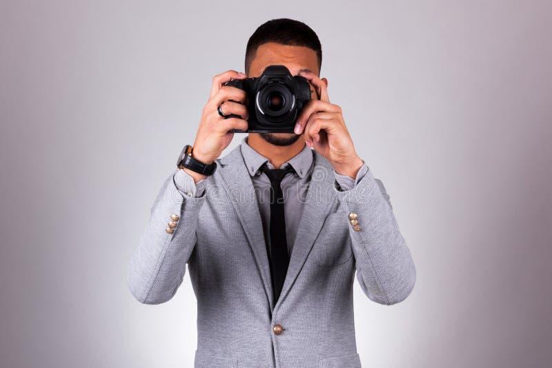 拿着dslr照相机-黑peop的非裔美国人的摄影师 库存图片