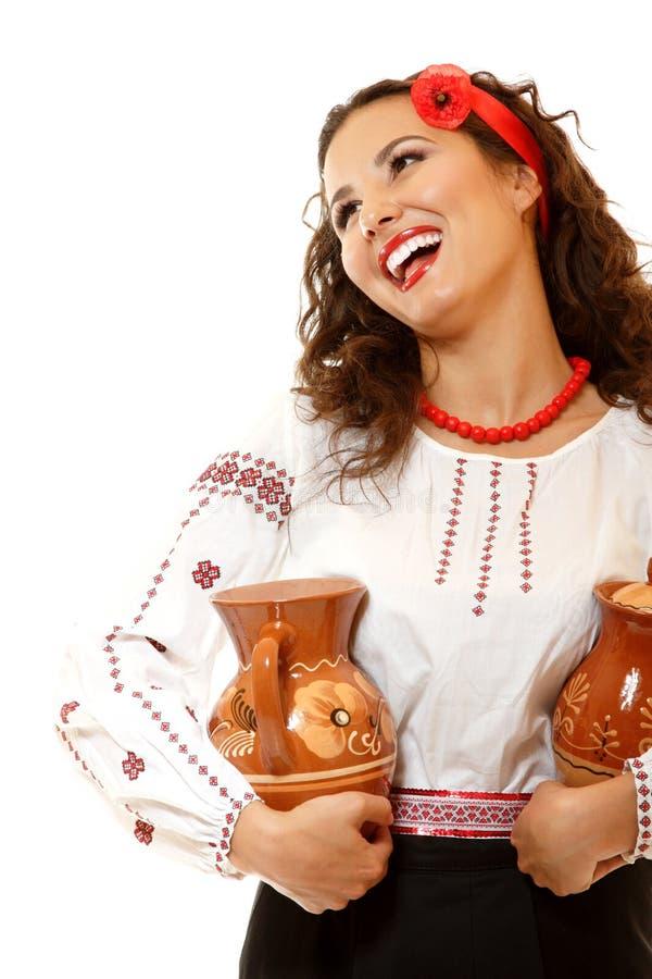 拿着earthe的当地服装的美丽的乌克兰少妇 库存照片