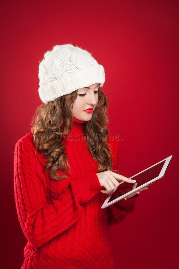 拿着ipad touchs的深色的女孩筛选枯萎的互联网 免版税库存图片