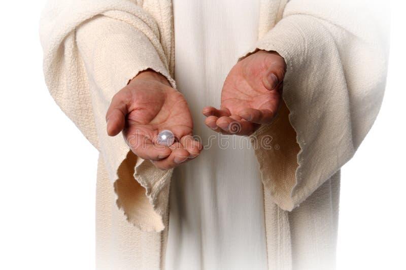 拿着jesua珍珠的现有量 库存照片