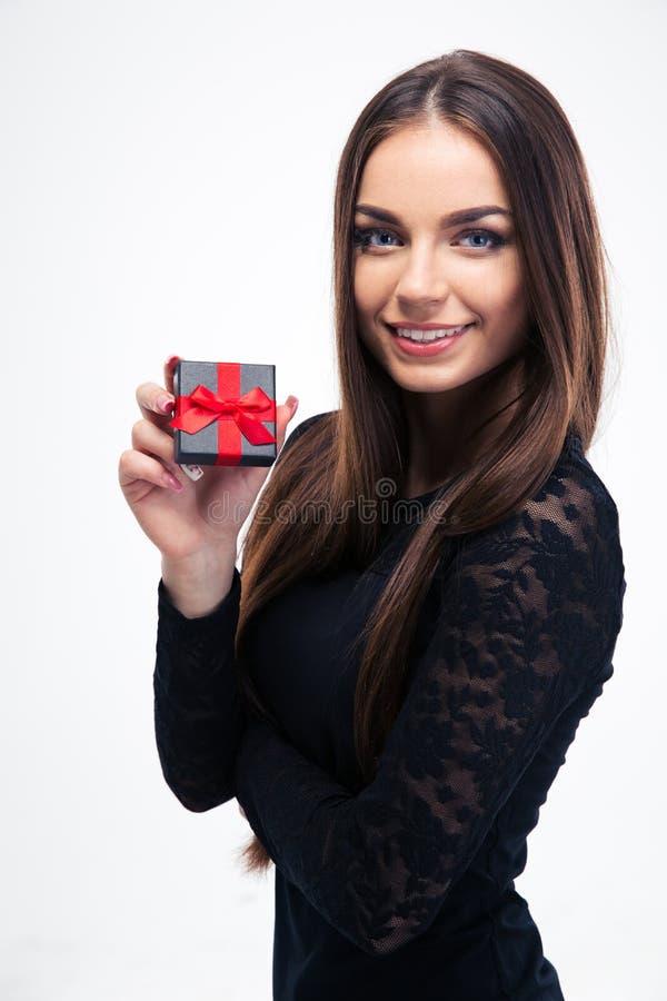 拿着jewerly礼物盒的黑礼服的妇女 免版税库存图片