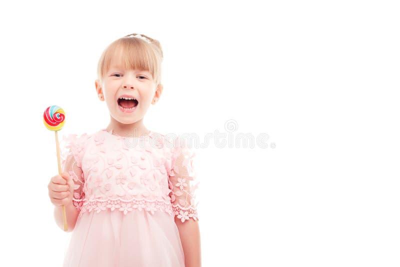 拿着lollypop的聪慧的小女孩 免版税库存照片