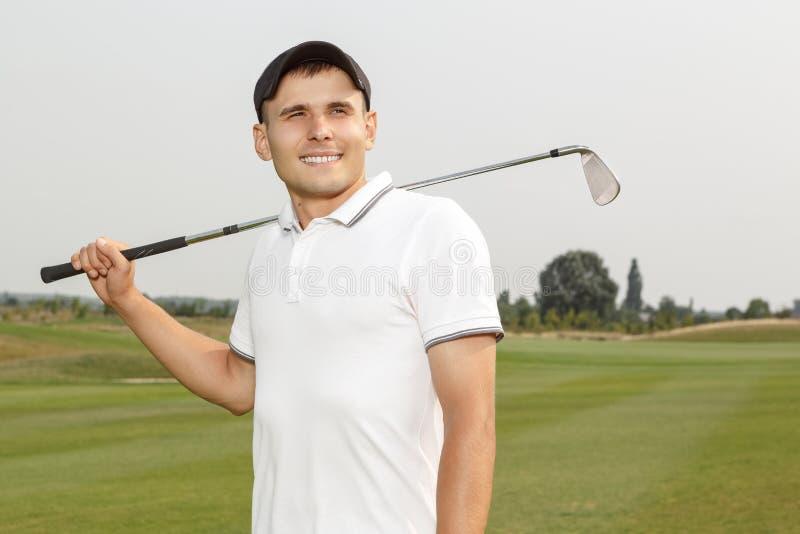 拿着niblick的年轻高尔夫球运动员 图库摄影