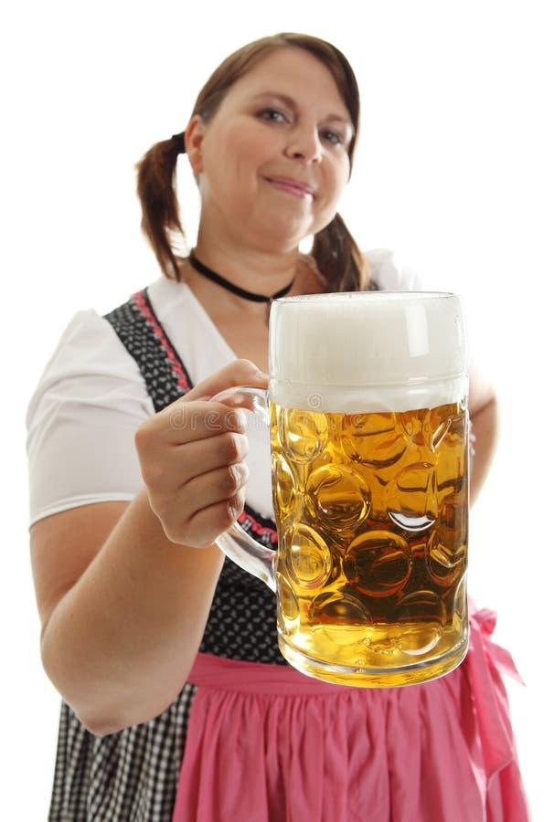 拿着oktoberfest妇女的巴法力亚啤酒前面 免版税库存图片