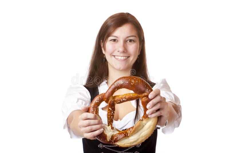 拿着oktoberfest椒盐脆饼妇女的少女装 库存照片