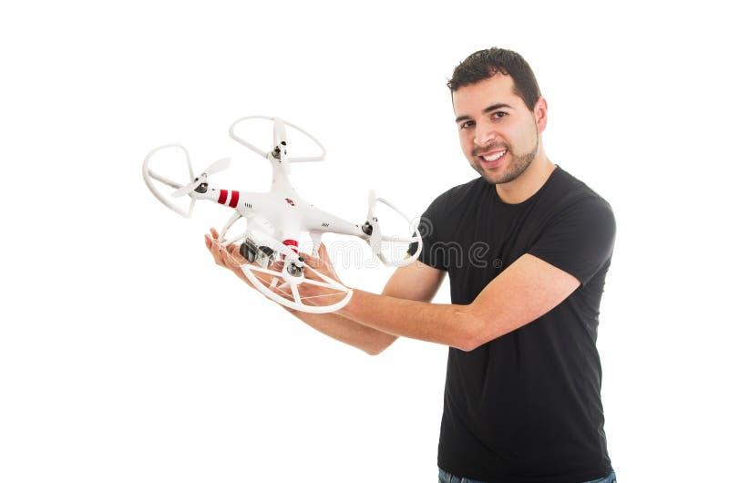拿着quadcopter寄生虫的英俊的年轻人 免版税库存图片