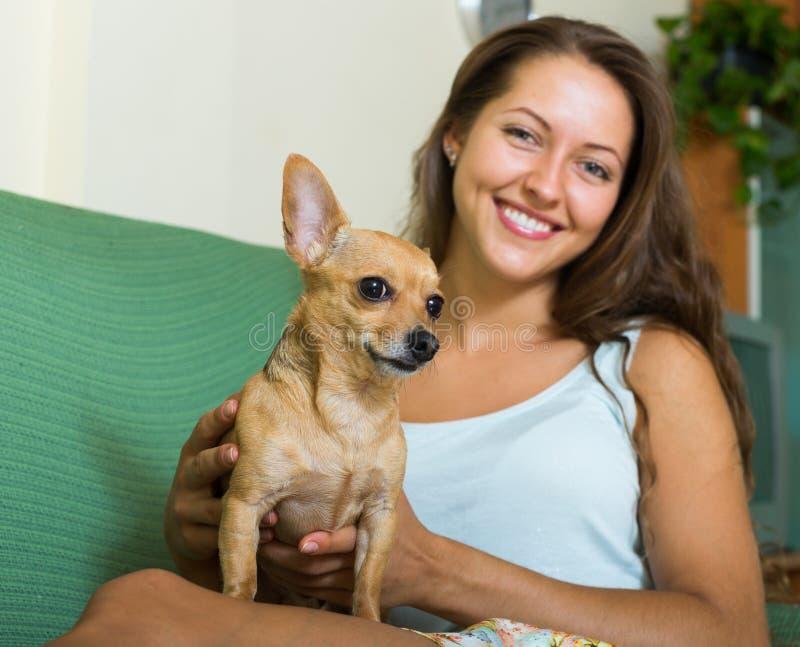 拿着Russkiy玩具狗的微笑的女孩 库存图片