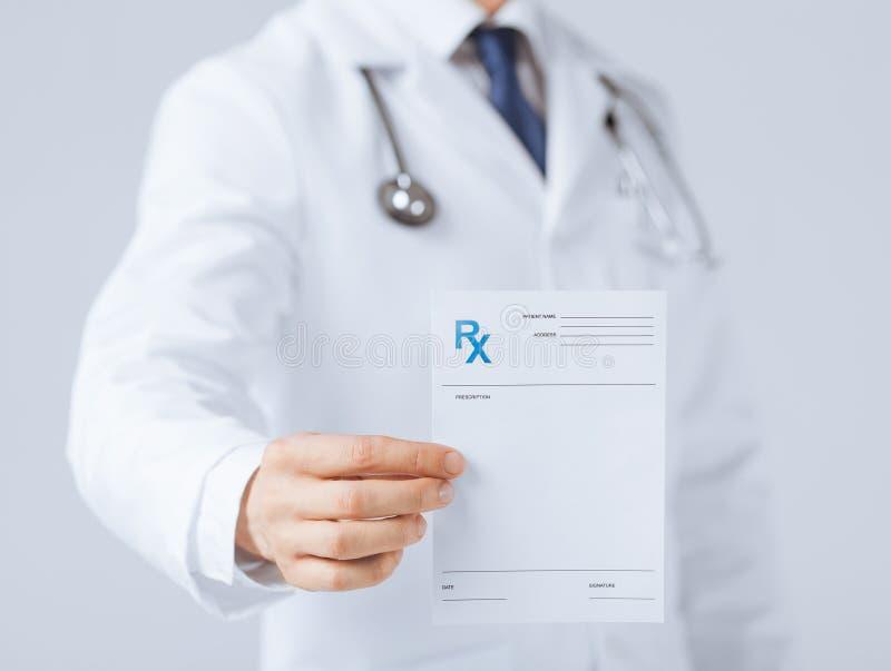 拿着rx纸的男性医生手中 免版税库存照片