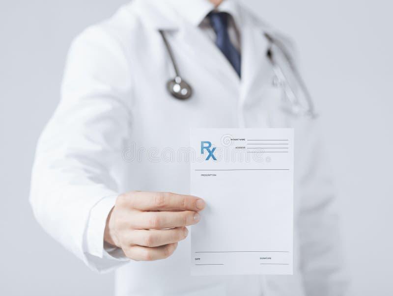 拿着rx纸的男性医生手中 免版税图库摄影