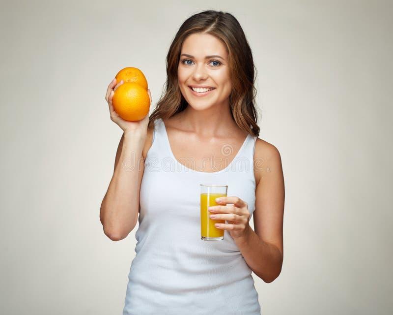 拿着vitam的微笑的运动的妇女健康生活方式画象  免版税库存照片