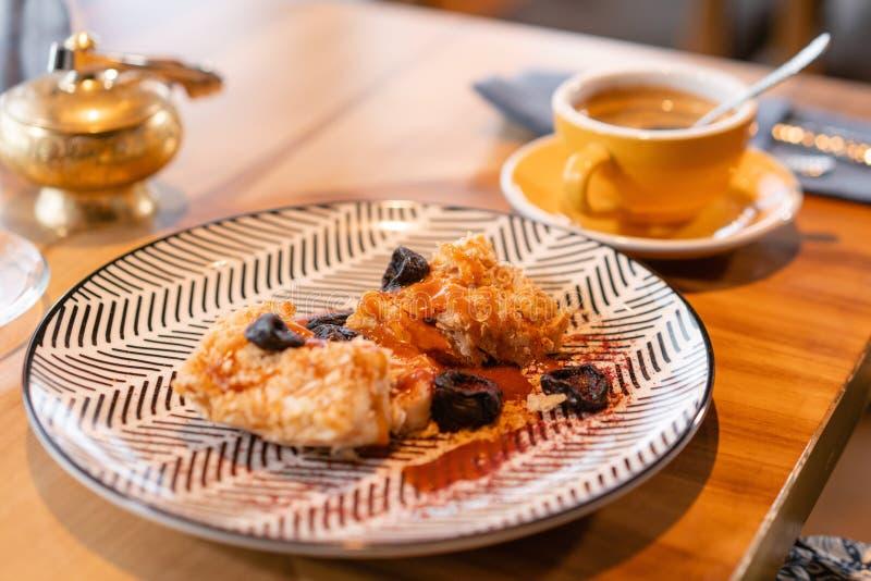 拿破仑点心用盐味的焦糖和修剪,在原始的服务 早餐,宜人的早晨,起点  图库摄影