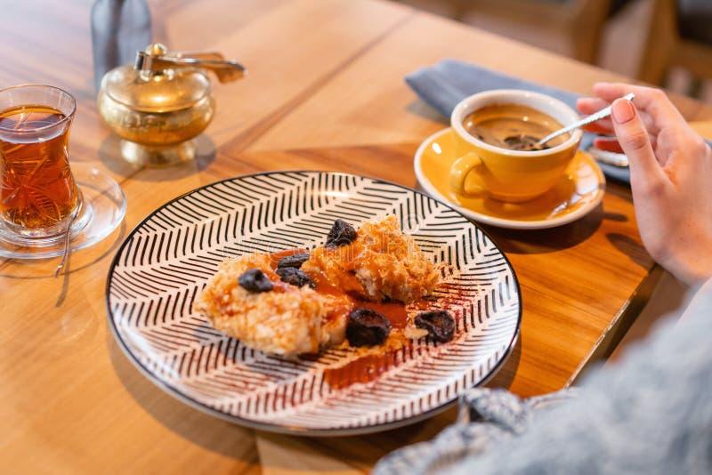 拿破仑点心用盐味的焦糖和修剪,在原始的服务 早餐,宜人的早晨,起点  免版税库存照片