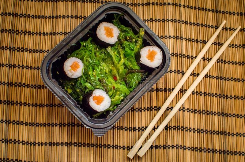 拿走与海藻和筷子的寿司盘 免版税库存照片