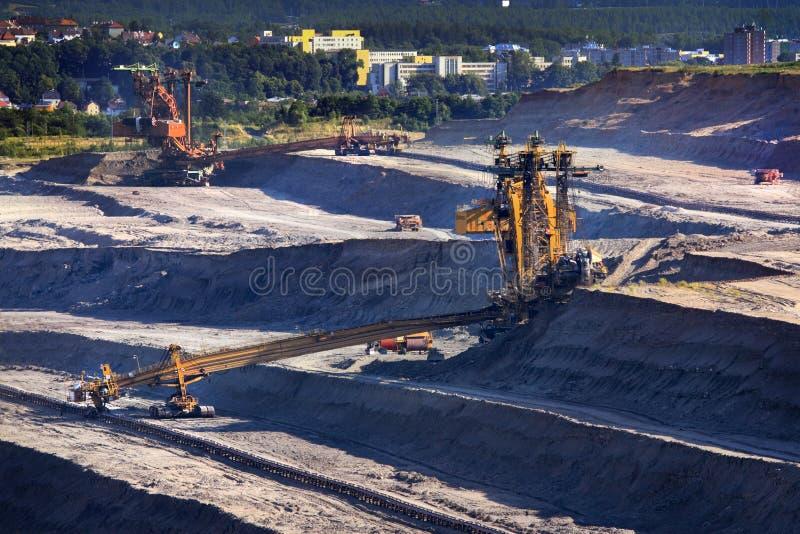 拿走地面的层数巨型戽头转轮挖土机 免版税库存照片