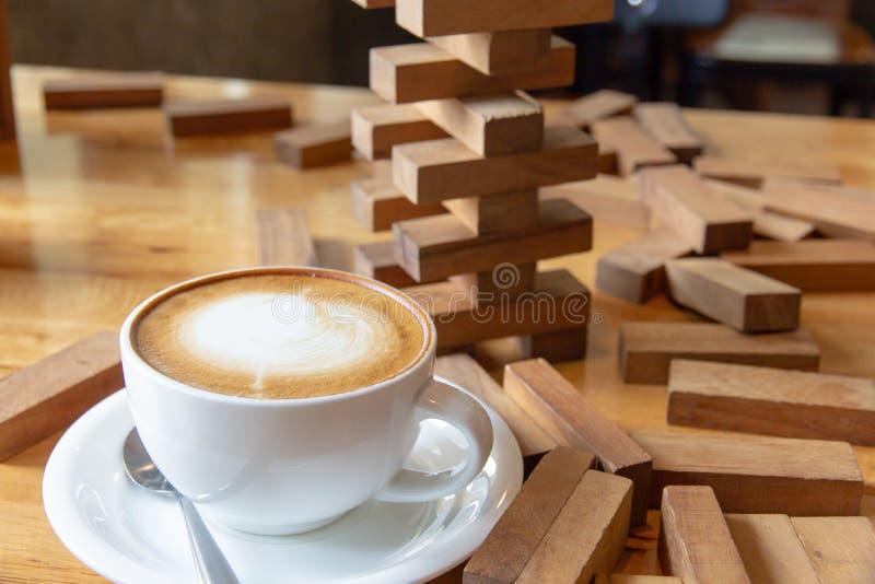 拿铁与儿童` s的咖啡桌戏弄 库存图片