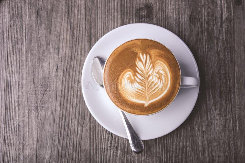 拿铁或热奶咖啡与泡沫的泡沫,咖啡杯顶视图在桌上在咖啡馆 库存照片