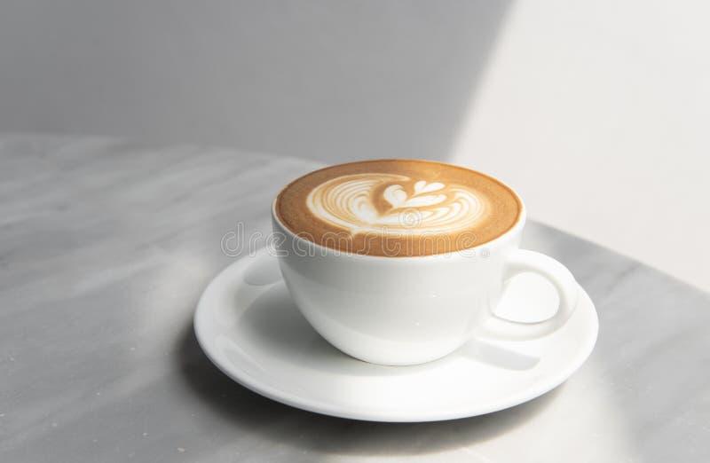 拿铁或热奶咖啡与泡沫的泡沫,咖啡杯顶视图 免版税库存图片