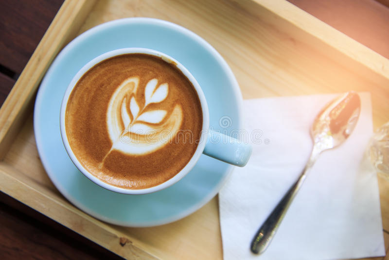拿铁热的咖啡& x28顶视图; 或者cappuccino& x29;在一个绿色杯子与 免版税库存照片