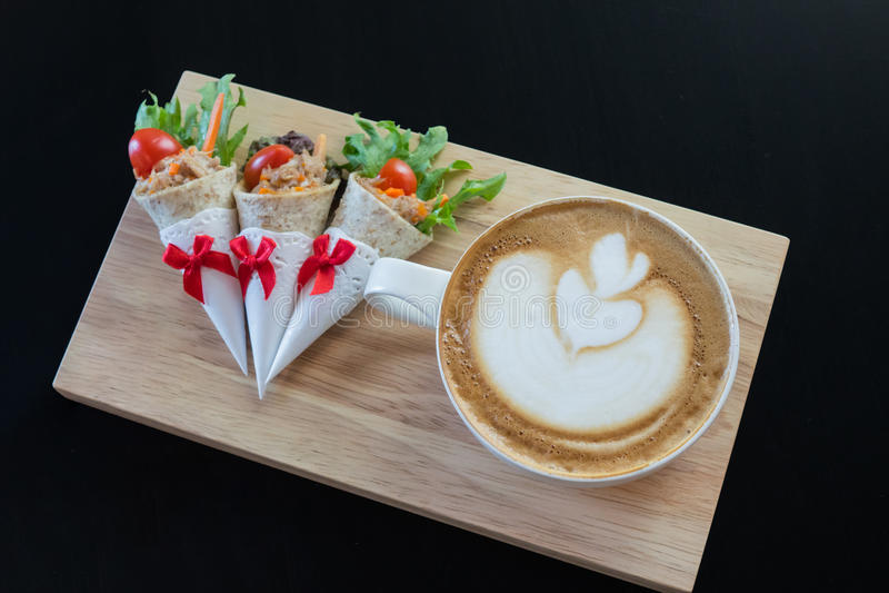 拿铁艺术咖啡用三明治 免版税库存图片