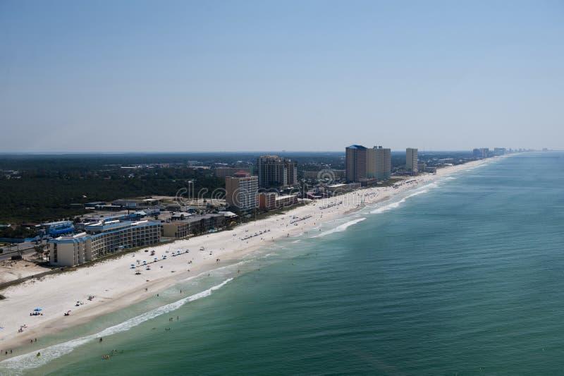 巴拿马城海滩佛罗里达laong海岸线的一张鸟瞰图墨西哥湾的鲜绿色水 图库摄影