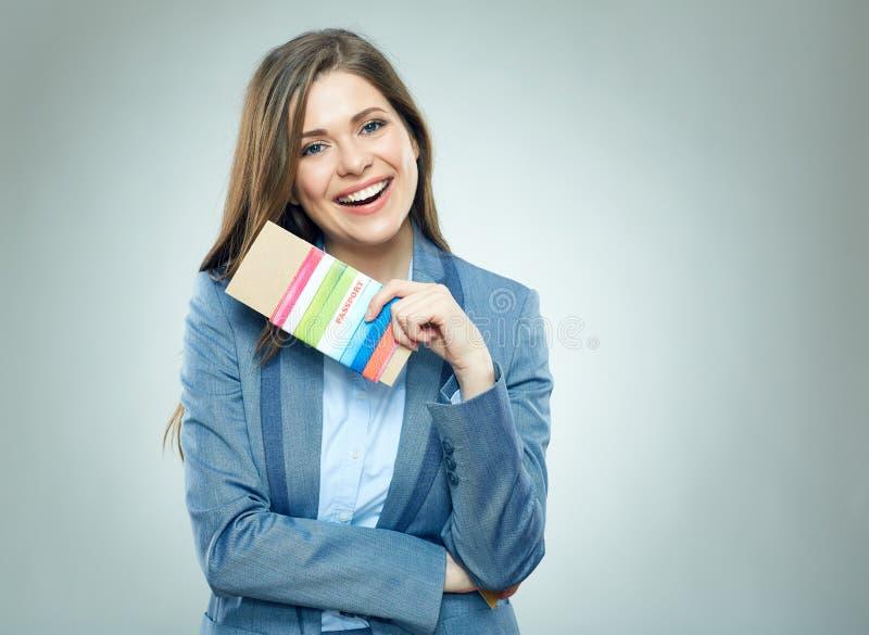 持与票的微笑的女商人护照 图库摄影