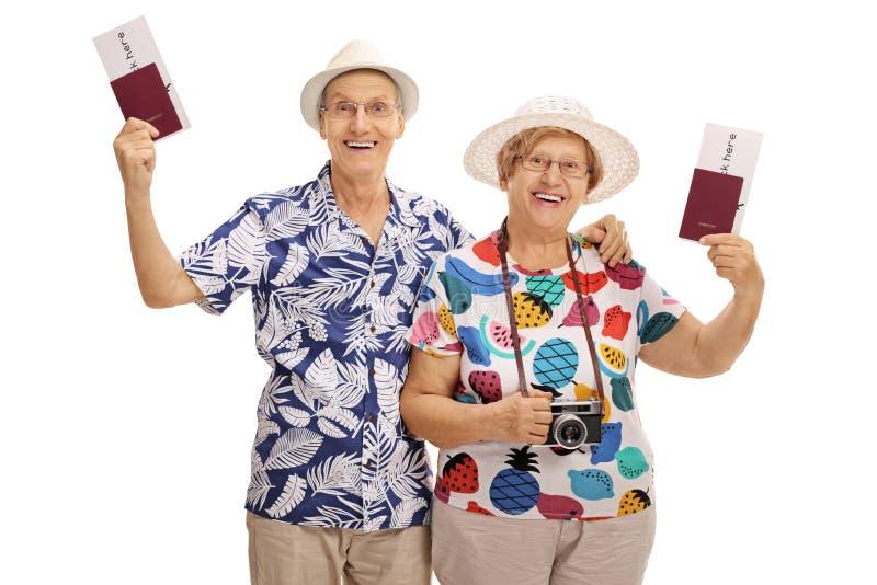 持护照的快乐的成熟游人 免版税库存图片