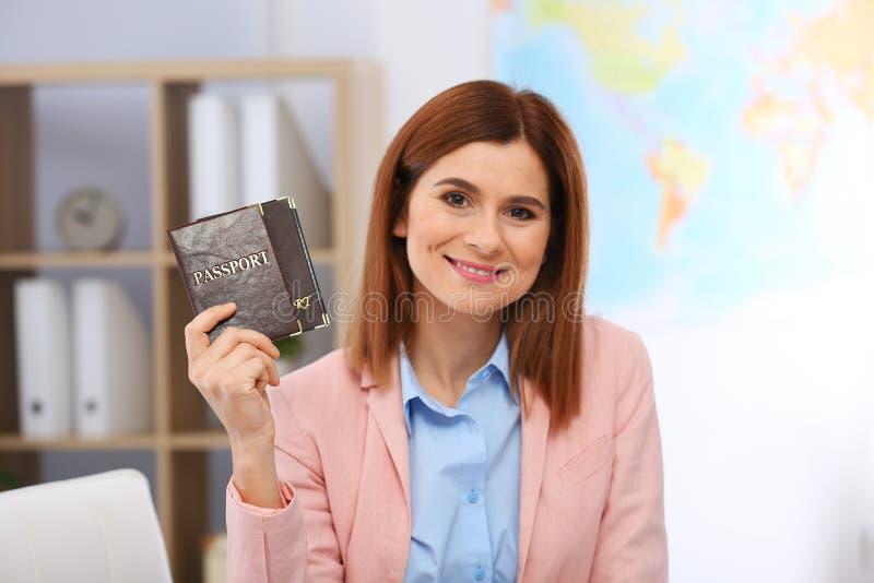 持护照的美丽的顾问 库存图片