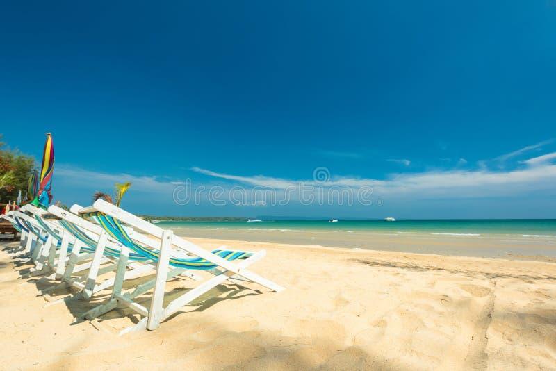 主持放松的海滩在美丽的异乎寻常的海滩 免版税图库摄影